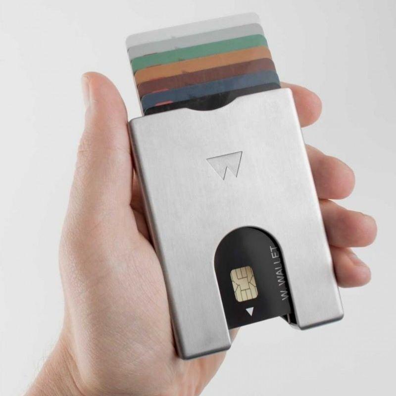 Walter wallet akumiiniumist kaarditasku inimese käes